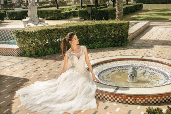 Brautkleid Mode De Pol Agnes Bridal Dream A Linie Hochgeschlossen Tuell Herzausschnitt Glitzertuell Tattoo Spitze Blumendeko Ka 20032 03.jpg