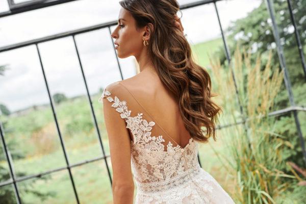 Brautkleid Mode De Pol Elizabeth Passion A Linie Carmen Tuell V Ausschnitt Herzausschnitt Blumendeko Transparent Tattoo Spitze E 4872t 03.jpg